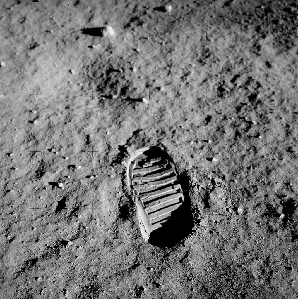 1018px-Apollo_11_bootprint