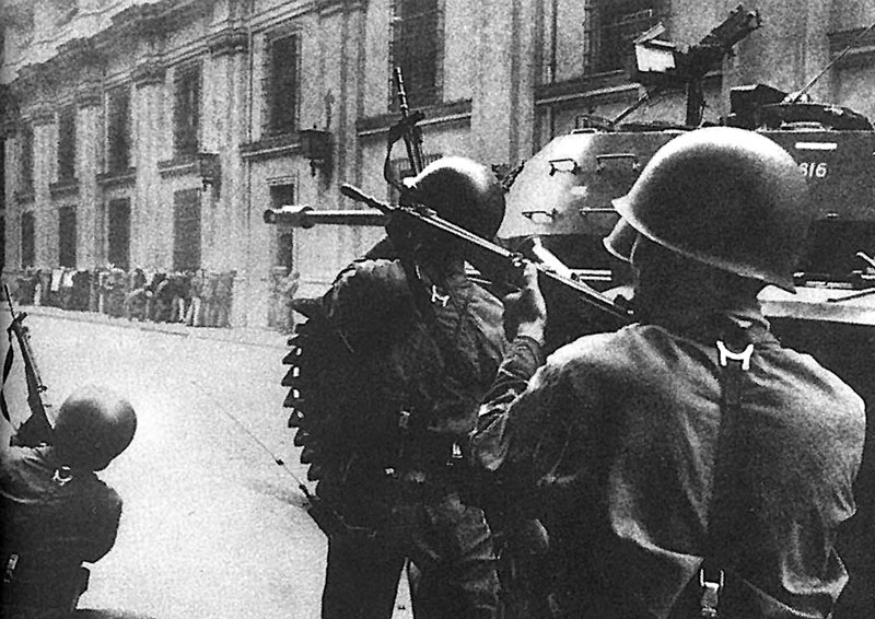 TO GO WITH AFP STORIES CHILE-COUP-ANNIVERSARY FILES - Picture taken 11 September 1973 of the attack against the Palacio de la Moneda in Santiago during the military coup led by General Augusto Pinochet against constitutional president Salvador Allende. AFP PHOTO/ARCHIVO PRENSA LATINA